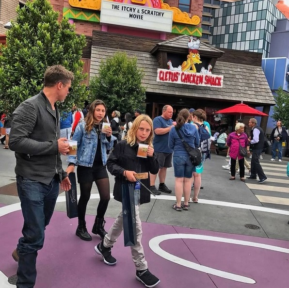 Brad Pitt se lleva a los hijos de Chris Cornell a un parque de atracciones